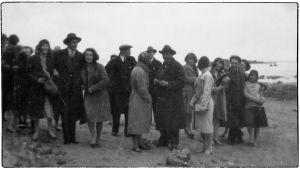 Viipuri n´musiikkiopistolaisia kevätretkellä Mäntysaaressa 1930.