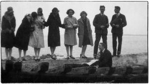 Viipurin musiikkiopistolaisia kevätretkellä Mäntysaaressa 1930.