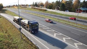Ajoneuvoyhdistelmä kaartaa rampista moottoritielle.