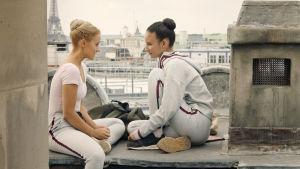 Kuvassa Lena Grisky (Jessica Lord, vas.) ja Ines Lebreton (Eubha Akilade).
