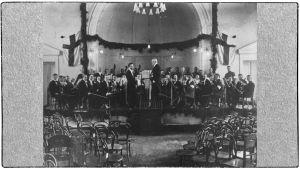 Jean Sibelius ja Boris Sirob, myöhemmin Sirpo, ja Viipurin Musiikkiopiston vahvistettu orkesteri Viipurin Keskuskansakoulun salissa huhtikuussa 1923.