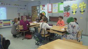 Finska lektion i Rajakylän koulu i Råby i Vanda med invandrarmammor med på lektionen.