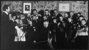 Boris Sirob johtaa Viipurin Musiikkiopiston orkesteria 1926.
