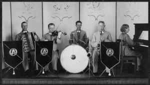 Viulisti Anton Hyökki mukana ravintolaorkesterissa 1940.