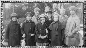 Boris Sirob ja Viipurin Musiikkiopiston oppilaita kevätretkellä 1920-luvun lopulla. Kuvassa mukana poika Willy Sirob.