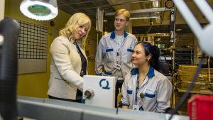 Iloq Minna Tuomikoski juttelee työntekijänsä kanssa