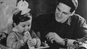 Kosmonautti opettaa tytärtään soittamaan melodicaa.
