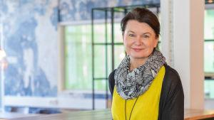 Psykologian professori Christina Salmivalli katsoo kameraan