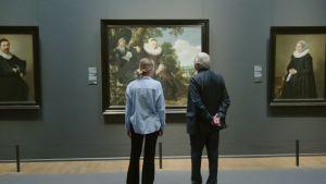 Zoë ja Peter Greenaway katsomassa maalausta