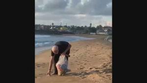 Indiens premiärminister Narendra Modi plockar plast på stranden i Mamallapuram