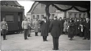Presidentti Svinhufvud puolisoineen on saapunut Viipurin rautatieasemalle 1932.