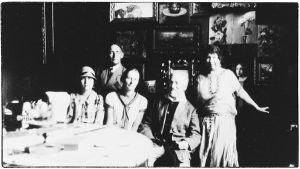 Taidemaalari Ilja Repin perheineen kotonaan Kuokklassa 1920-luvun lopulla.