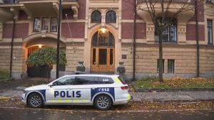 Polisbil på gatan utanför turkiska ambassaden i Helsingfors.