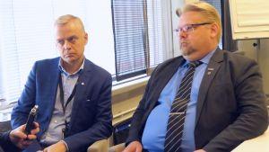 Puolustusvaliokunnan jäsen, kokoomuksen Timo Heinonen ja valiokunnan varapuheenjohtaja, perussuomalaisten Jari Ronkainen.
