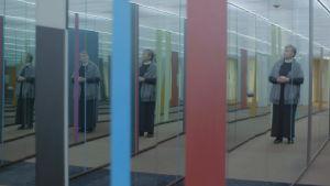 Hilkka Olkinuora i Hanaholmens spegelkorridor