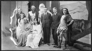 Väinö Raition Jeftan tytär -oopperan esiintyjiä sekä säveltäjä 3. joulukuuta 1931.