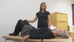 Fysioterapeut Mirka Lindeberg med en ryggpatient.