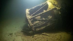Bild på en fyrlykta på havsbottnet.