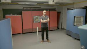 Johannes Thelen poseeraa tietokoneiden ympäröimänä
