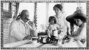 Oskar Merikanto vieraineen kesäpaikan terassilla Parikkalan Liuharannassa 1913.
