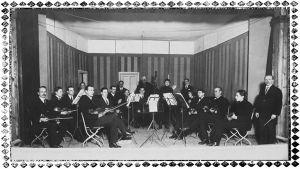 Orkesteri Terijoen Seurahuoneen lavalla 16.3.1924. Kuvassa Kaarlo Angerkoski ja Aino Angerkoski.