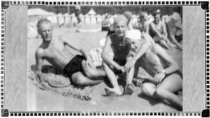 Terijoen hiekkarannalla ystävykset Cyril Szalkiewicz sekä Kalevi ja Olavi Tilli 1936.