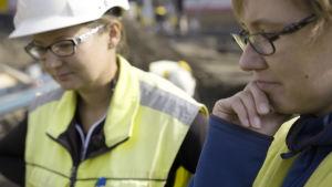 arkeologiska utgrävningar i Åbo, torget, två arkeologer Maija Helamaa och Auli Bläuer