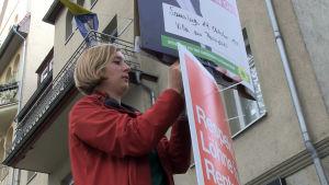 Hanna Steinmüller hänger upp plakat.