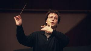 Kapellimestari Sakari Oramo orkesteriharjoituksissa 1998.