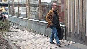 Radion sinfoniaorkesterin ylikapellimestari Sakari Oramo toukokuussa 2011 menossa viimeisiin harjoituksiin Kulttuuritalolle.