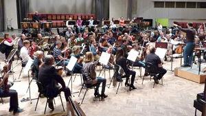 Sakari Oramo harjoittaa Radion sinfoniaorkesteria viimeisen kerran Kulttuuritalolla toukokuussa 2011.