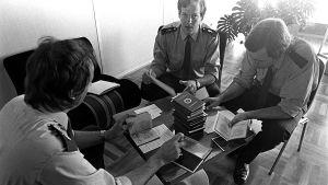 Poliisit tarkastavat DDR:n passeja (1970).