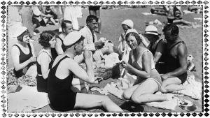 Kesäpäivän viettäjiä Terijoen hiekkarannalla heinäkuussa 1932.