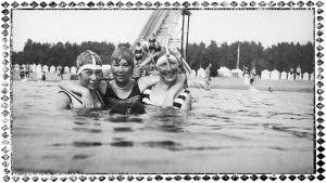 Kolme uimaria Terijoen rannalla 1929.