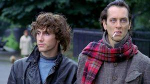 Nimetön päähenkilö (Paul McGann) ja Withnail (Richard E. Grant) elokuvassa Onnen kiertolaiset (Withnail and I)