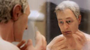Michael Stone, nukkeanimaatioelokuvan Anomalisa päähenkilö, katselee apeana itseään huuruisesta kylpyhuoneen peilistä.