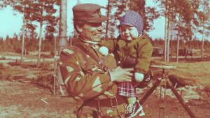 Riku Rantala yksivuotiaana isänsä sylissä.