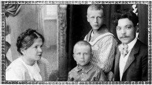 Kihlapari Elli Ahokas ja Oskari Tilli 1908 seuranaan Ellin pikkuveljet.