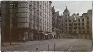 Vasemmalla Viipurin maalaiskunnan talo Pohjolankadulla ja kadun päässä pommitettu Kannaksenkatu 1.