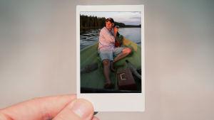 Peukalo ja toinen sormi pitää polaroid-kuvaa ehdokkaasta.