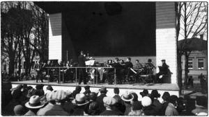 Eero Selinin johtama orkesteri esiintyy Espilän soittolavalla 1930-luvulla.