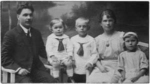 Kanttori Oskari Tillin perhe vuonna 1920.