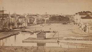 Helsingin kauppatori 1860-luvulla.