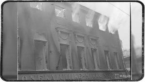 Huonekaluliike Mikko Nupposen talo Linnankadulla tulessa. Viipuri 8. maaliskuuta 1940.