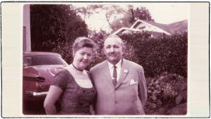 Boris Sirpo toisen puolisonsa Gretchenin kanssa Laurelhurst Parkissa Portlandissa Oregonissa.