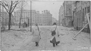 Talvipukuihin sonnustautuneet kaksi sotilasta ovat saapumassa Punaisenlähteentorille Viipurissa talvisodan viimeisinä päivinä 7.3.1940.