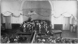 Toivo Saarenpää johtaa Suomalaista Konsertti-Orkesteria 1920-1921..