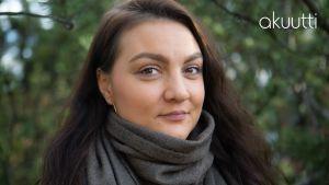 Kimiya Bahrami-Kurillo lähikuvassa, katsoo kameraan