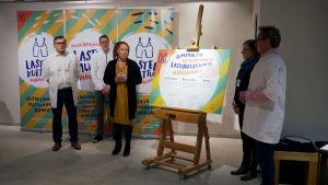 Hämeenlinnan päättäjiä julkistamassa lasten kulttuurilupausta.