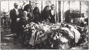 Omaiset Willy Sirobin haudalla Sorvalin hautausmaalla Viipurissa 27.5.1931. Kuvassa vas. Elias, Leo ja Ellen Kari, Anna Ollberg sekä Greta ja Boris Sirob.